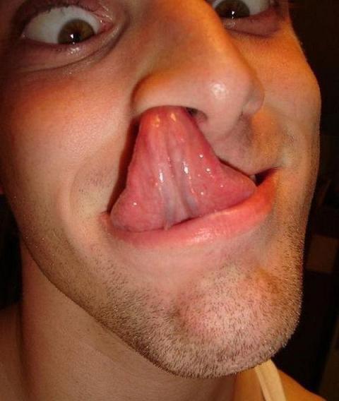 con la lengua com: