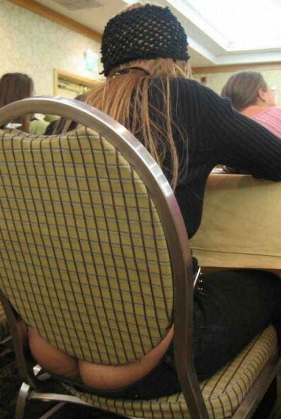 Enseñar el culo sentada