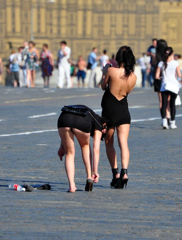 Chica con tacones y minifalda