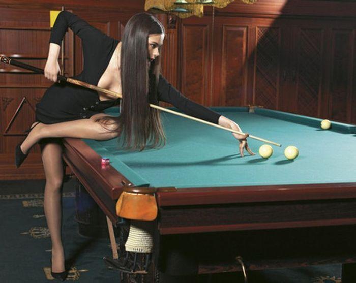 Chicas desnudas jugando al billar