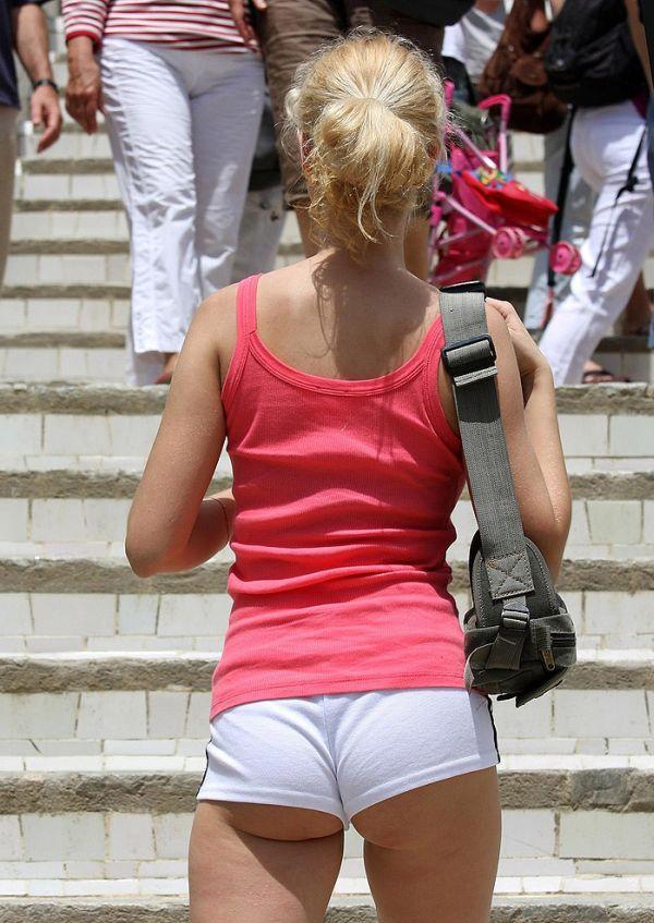 03 chica con pantalones ajustados y se le marca el culo - 3 part 7