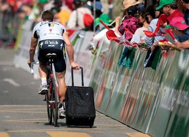 ciclista con maleta Ciclista con maleta