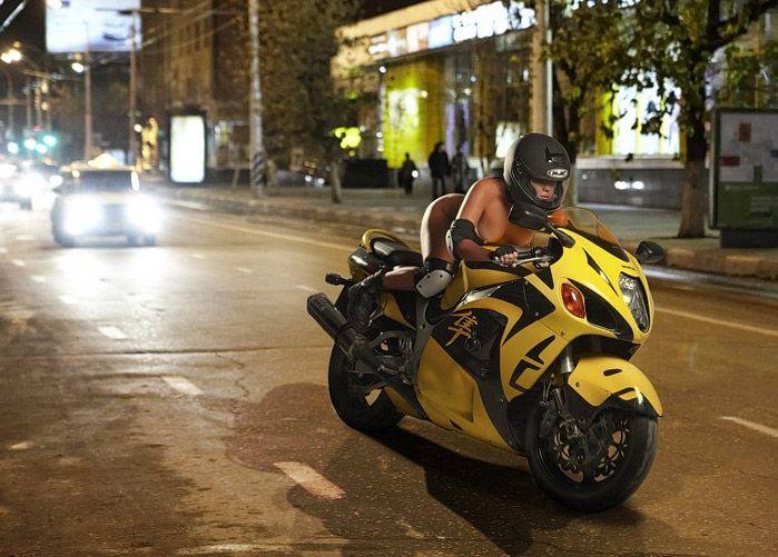 Chica Desnuda En Moto
