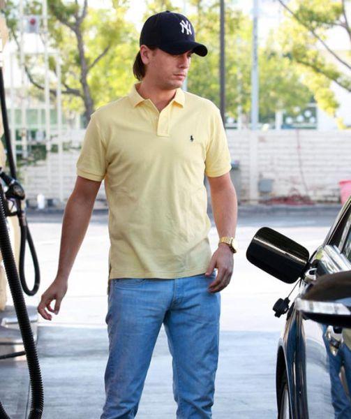 foto de Famosos echando gasolina