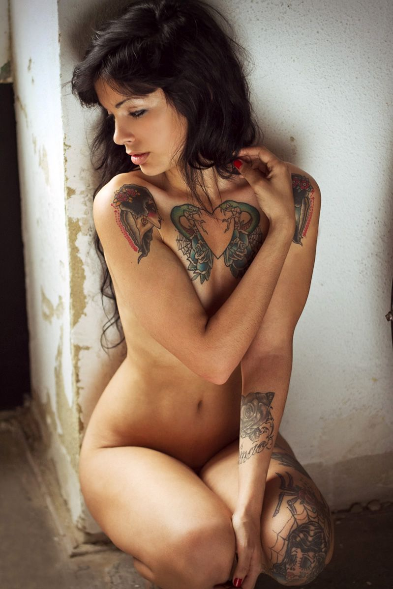 Download Free Tattooed Girl Playing With Her Two Holes On Webcam