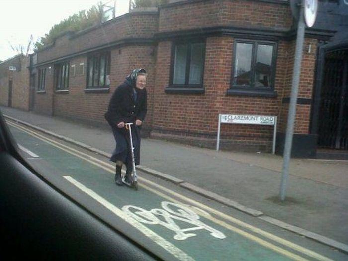 abuela patinete cerril bici Abuela en patinete por el carril bici