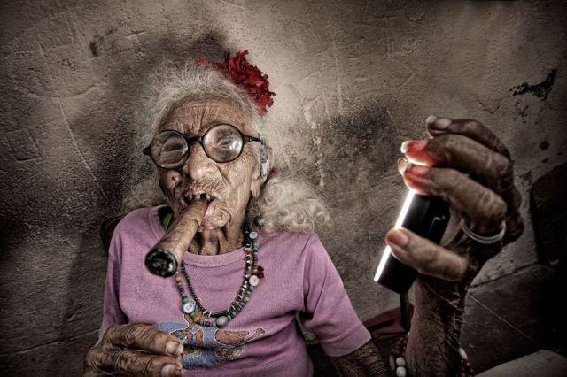 abuela con un buen puro Abuela con un buen puro