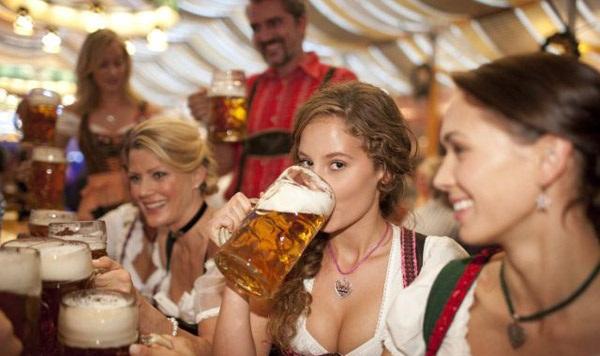 mujeres bebiendo cerveza Mujeres bebiendo cerveza