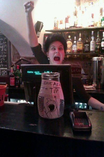 Broma la camarera se queda en bragas delante de los clientes - 3 5