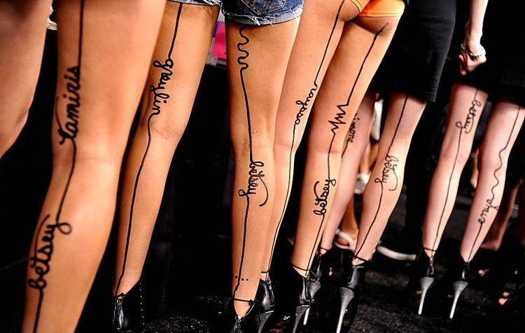 Se han puesto de moda los tatuajes en las piernas , pero no se trata ...