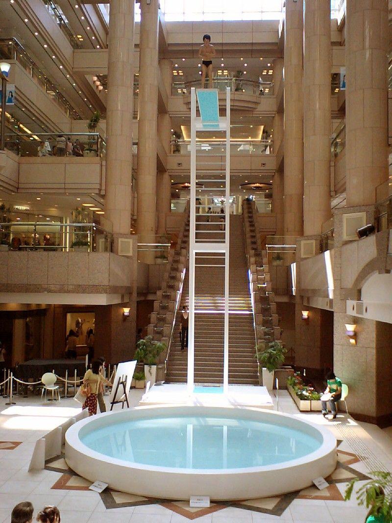 Piscina con trampol n en un centro comercial for Trampolin para piscina