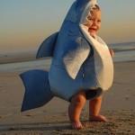 Bebé disfrazado de tiburón