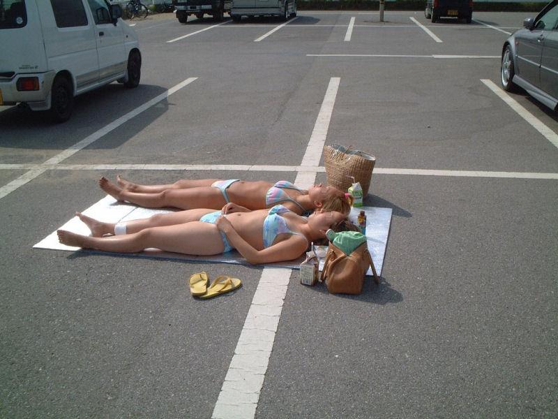 tomando el sol en un parking