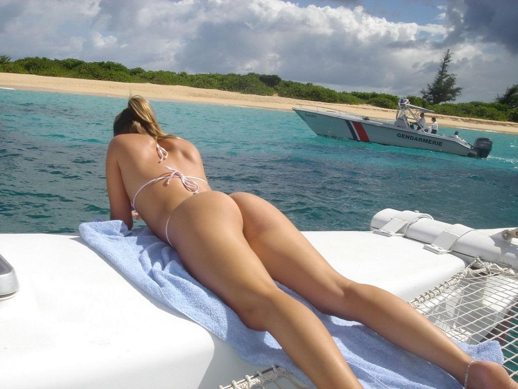 mujer tomando el sol en tanga