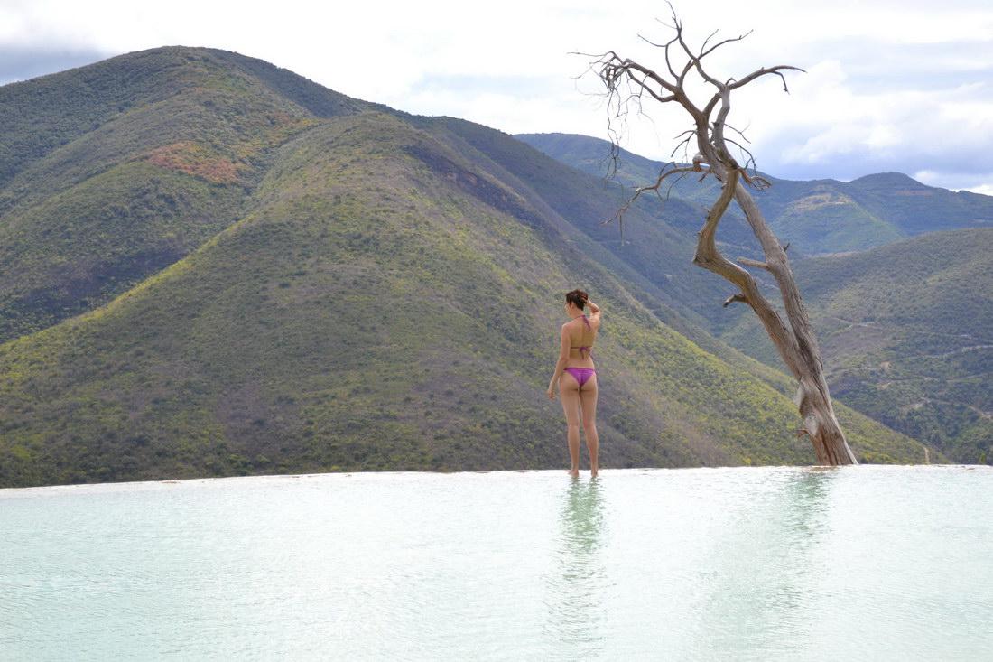 piscina desbordante con vistas a la montana