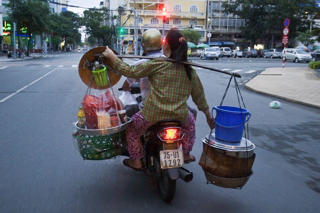 volviendo del supermercado en moto