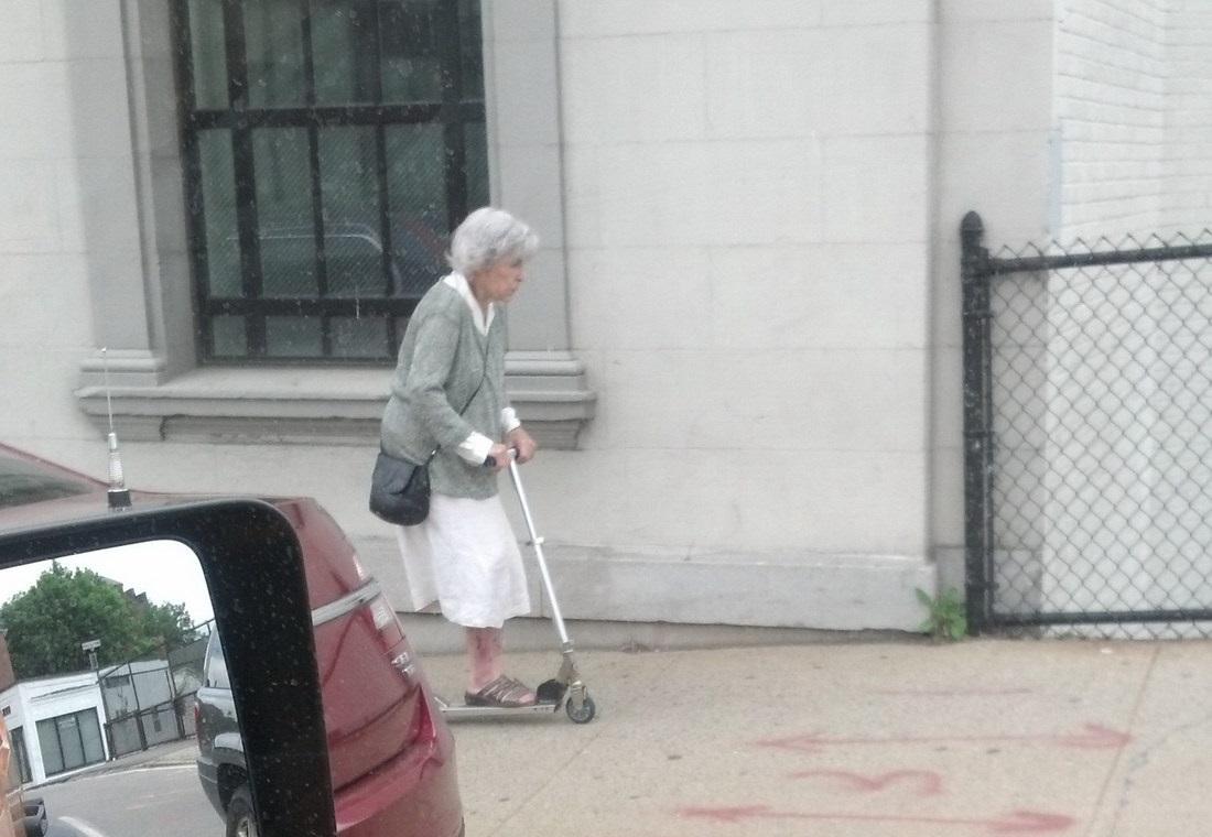 abuela en patinete