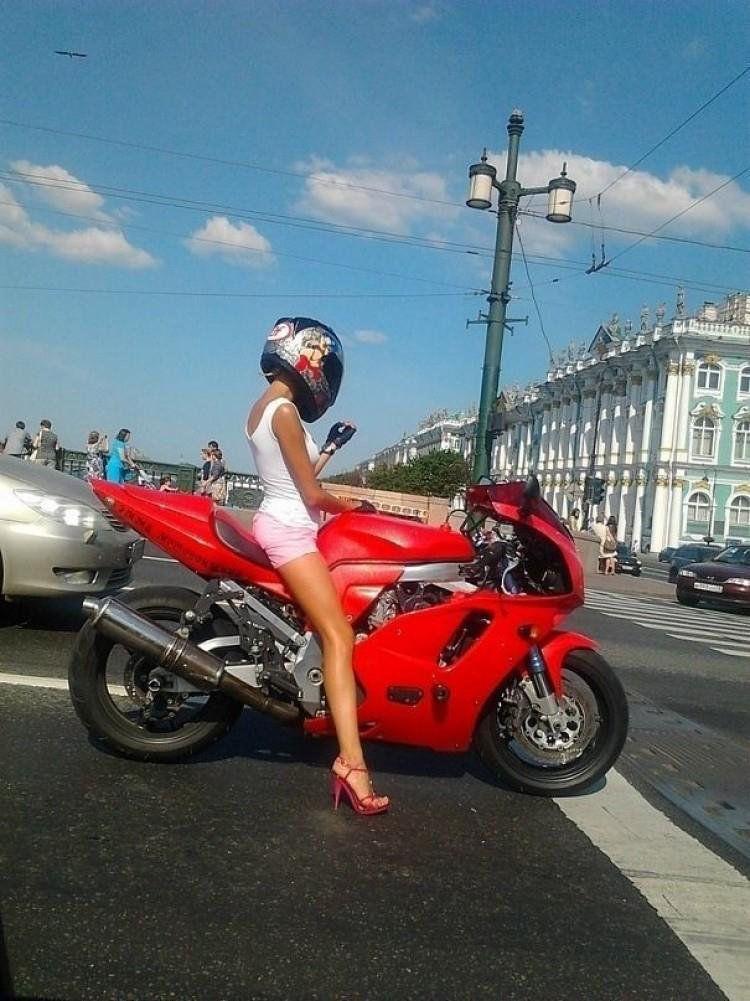 mujer en una moto deportiva