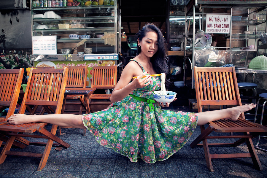 mujer comiendo fideos orientales