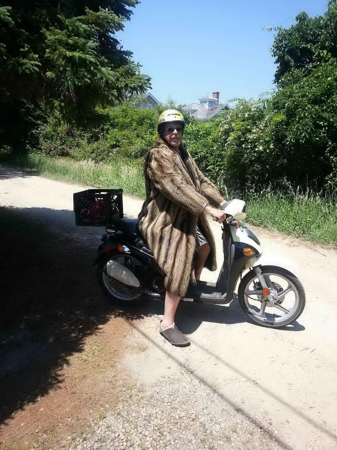 conductor de una moto con abrigo