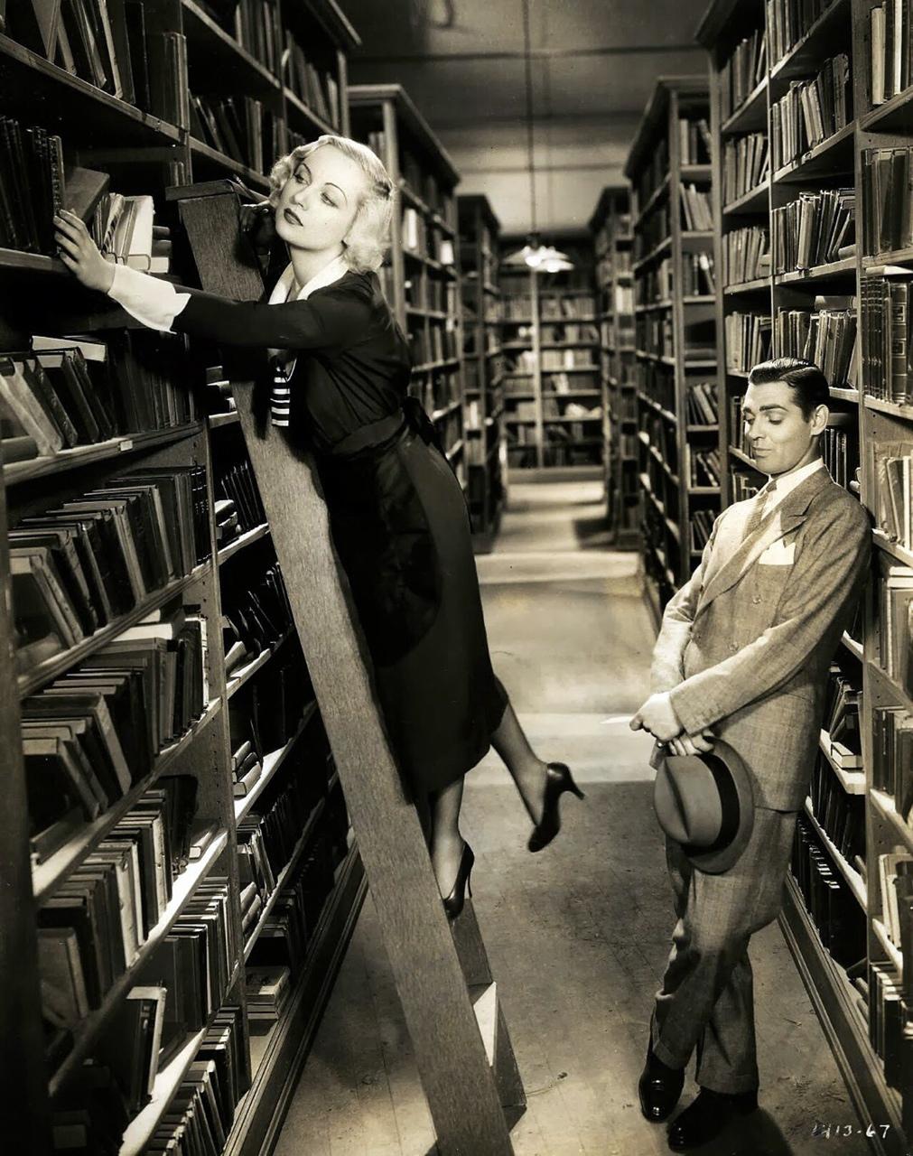 miron en la biblioteca