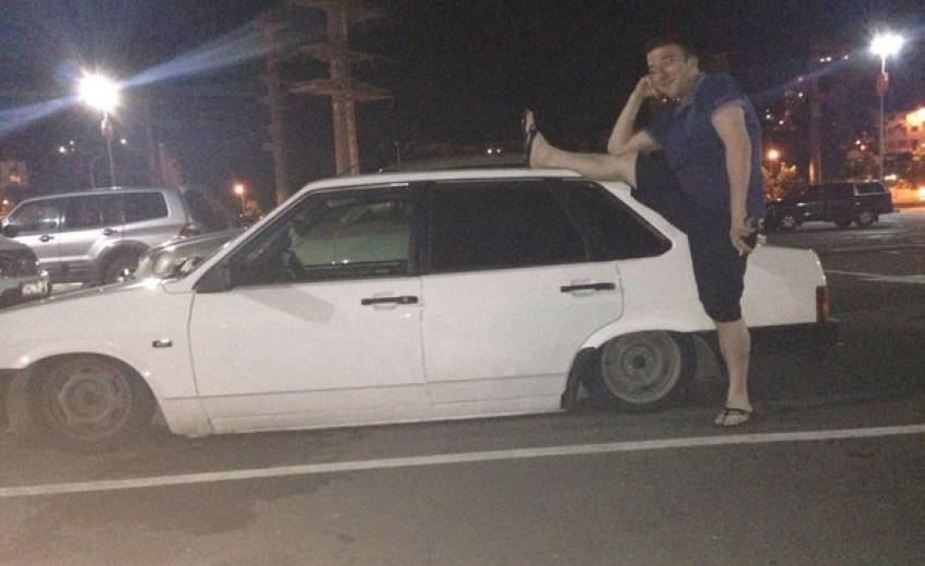 posar de forma sexy junto a un coche