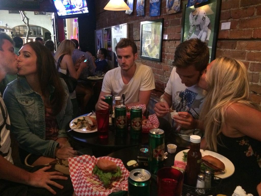 aguantavelas en una cena de parejas