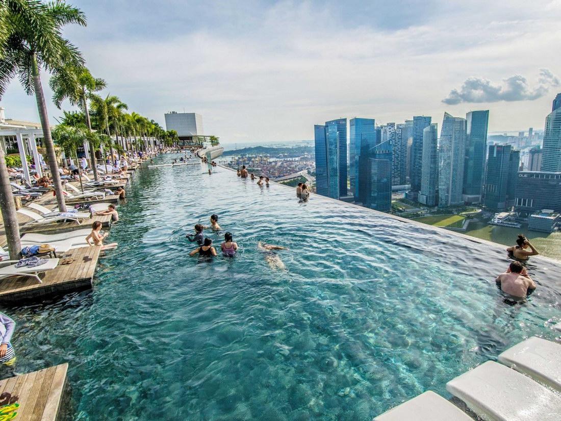 piscina desbordante con vistas