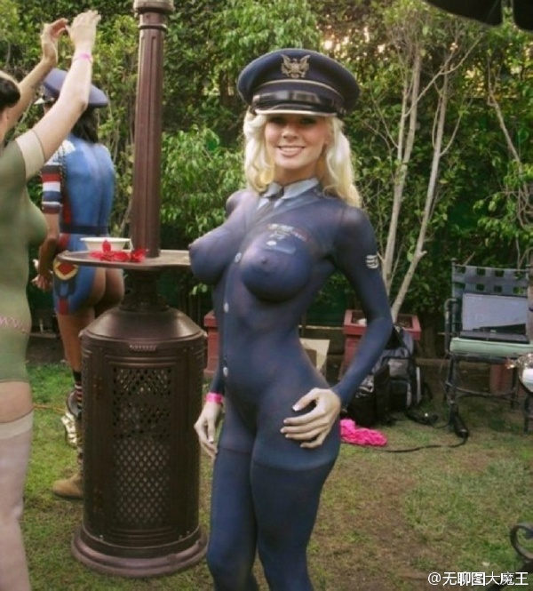 mujer body painting policia