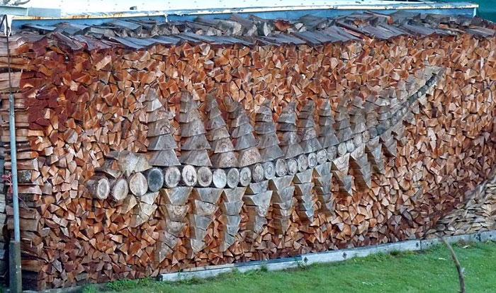 troncos almacenados con arte 3