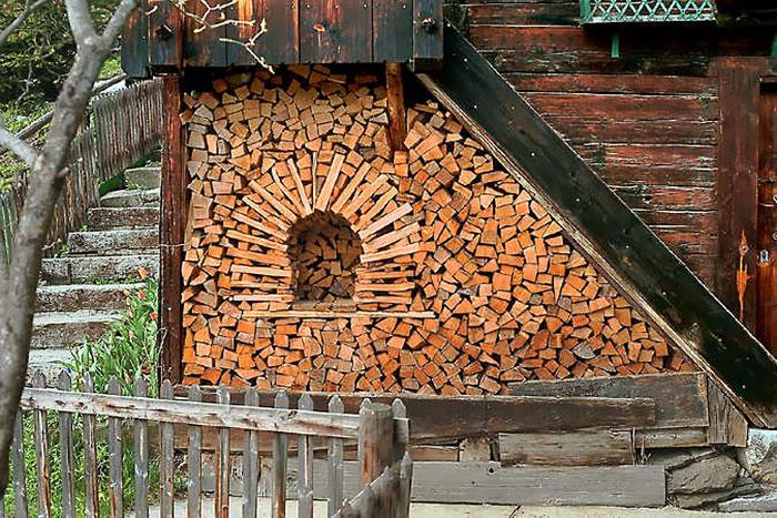 troncos almacenados con arte 6