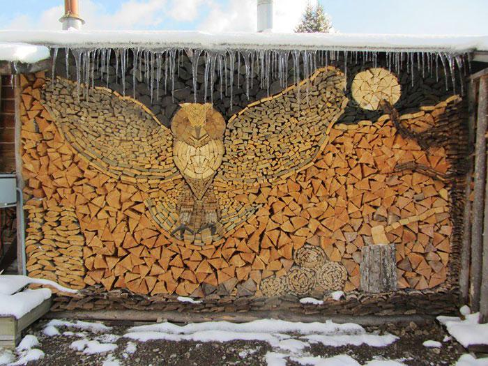 troncos almacenados con arte