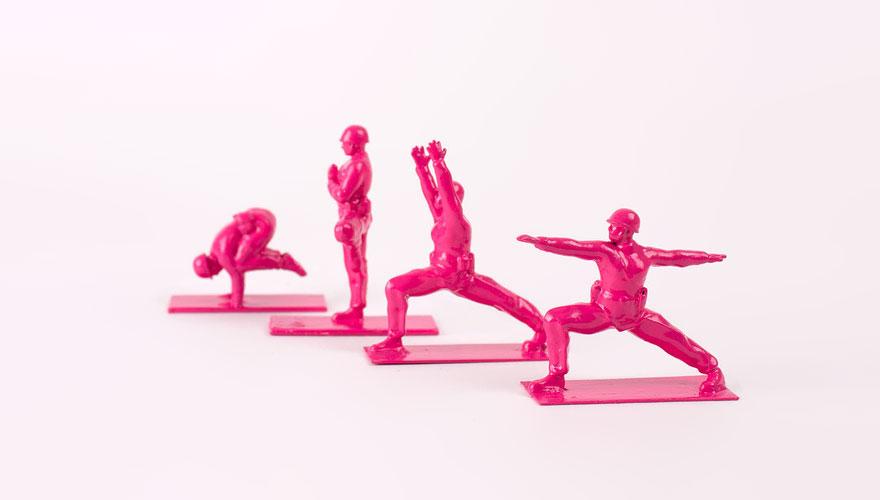 soldados de juguete haciendo yoga 11