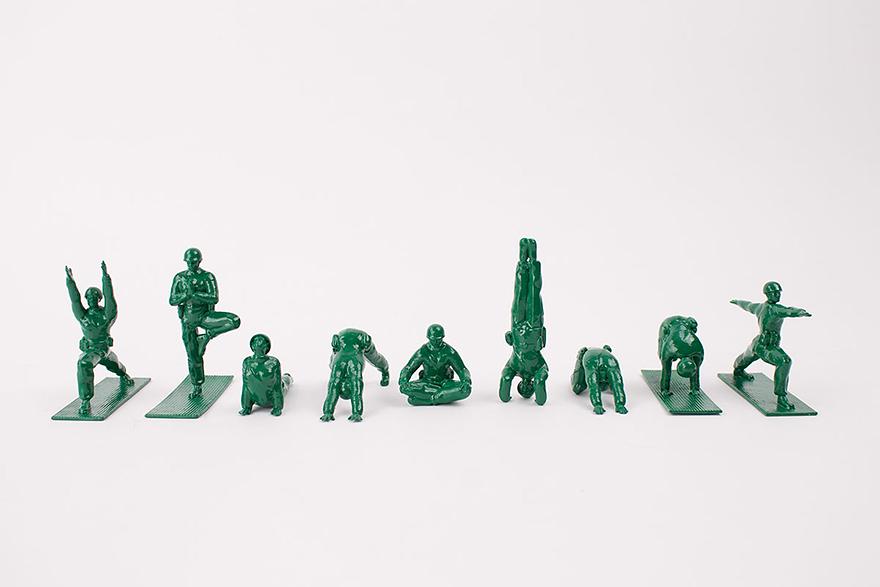 soldados de juguete haciendo yoga