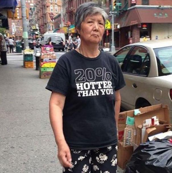 gente mayor que no se fija en los mensajes de la ropa que se pone 11