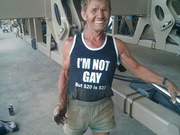 gente mayor que no se fija en los mensajes de la ropa que se pone 12