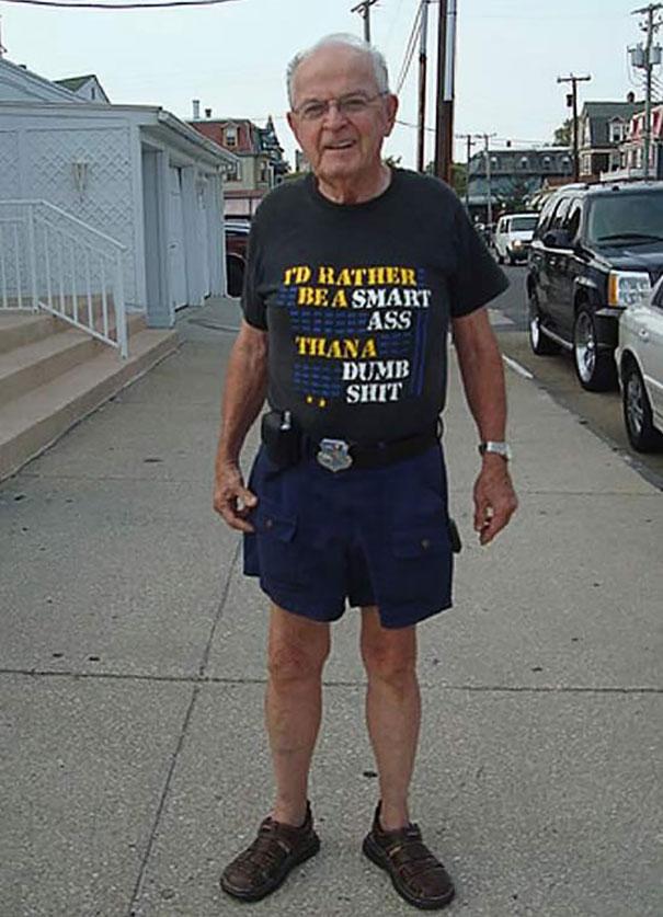 gente mayor que no se fija en los mensajes de la ropa que se pone 14