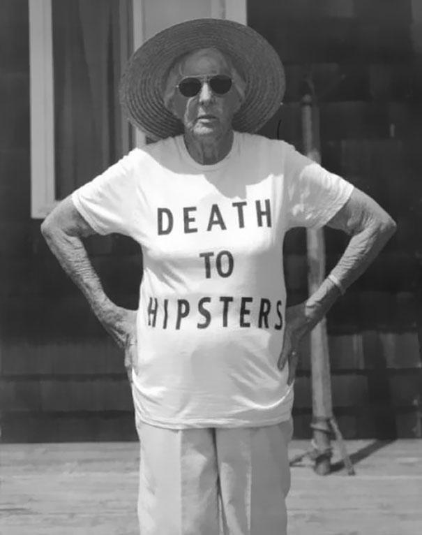 gente mayor que no se fija en los mensajes de la ropa que se pone 2