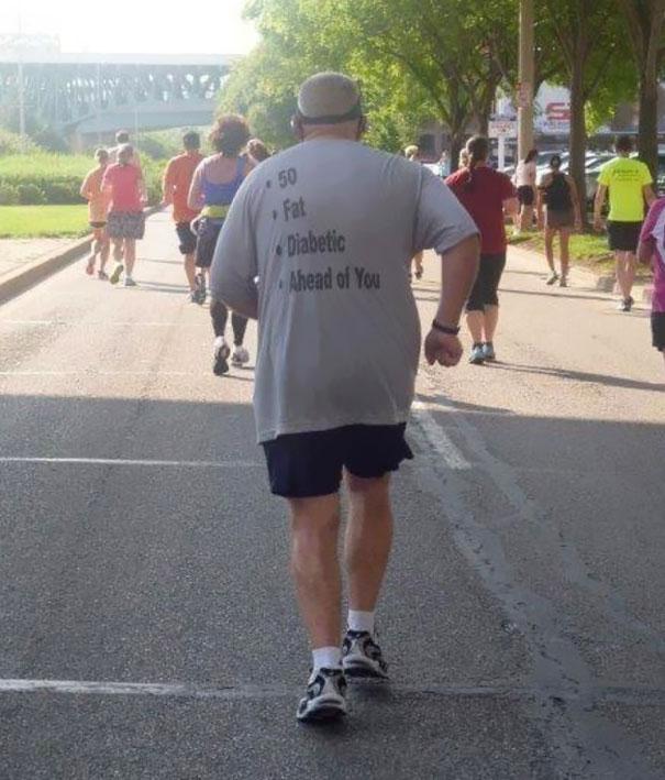 gente mayor que no se fija en los mensajes de la ropa que se pone 3