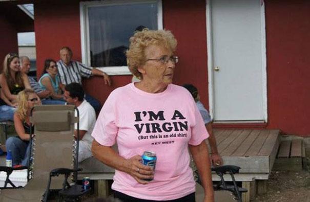 gente mayor que no se fija en los mensajes de la ropa que se pone 4
