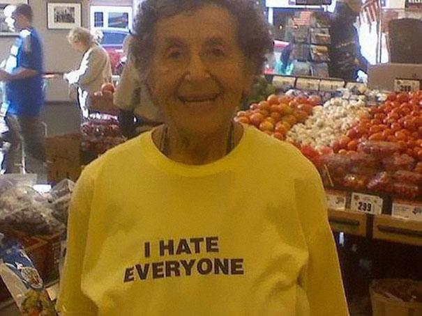 gente mayor que no se fija en los mensajes de la ropa que se pone 5