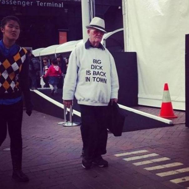 gente mayor que no se fija en los mensajes de la ropa que se pone