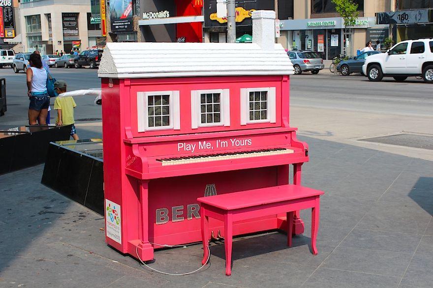 pianos pintados en plena calle 10