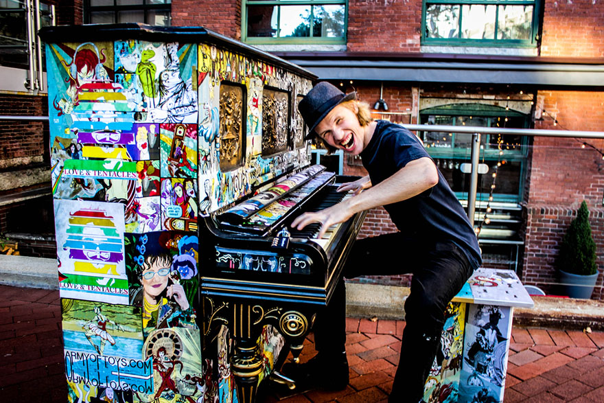 pianos pintados en plena calle 13