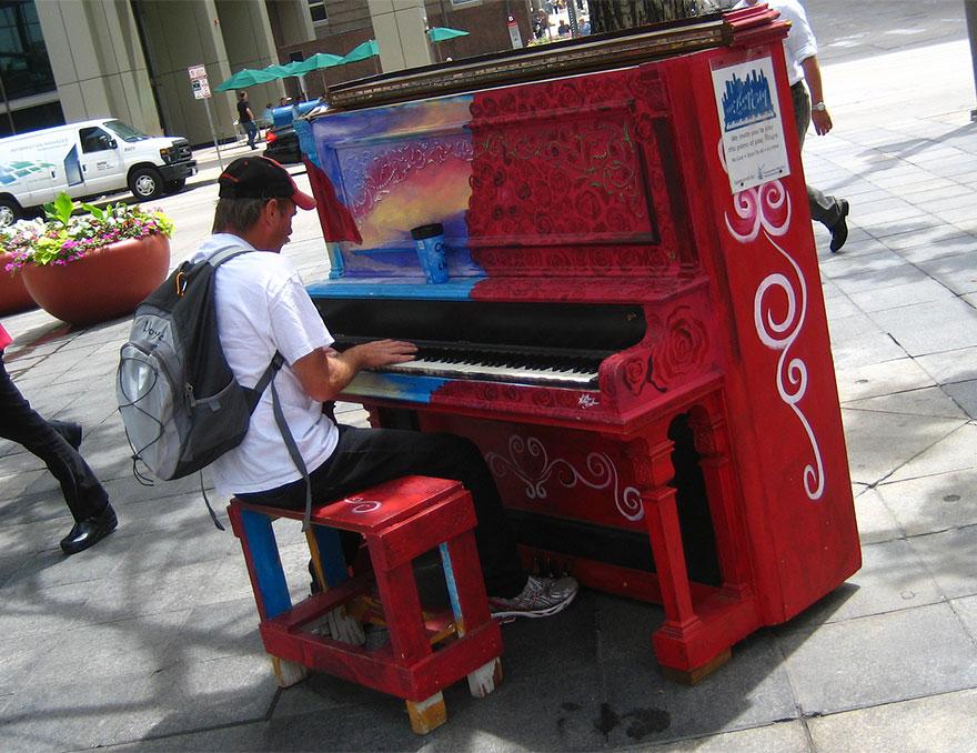 pianos pintados en plena calle 8