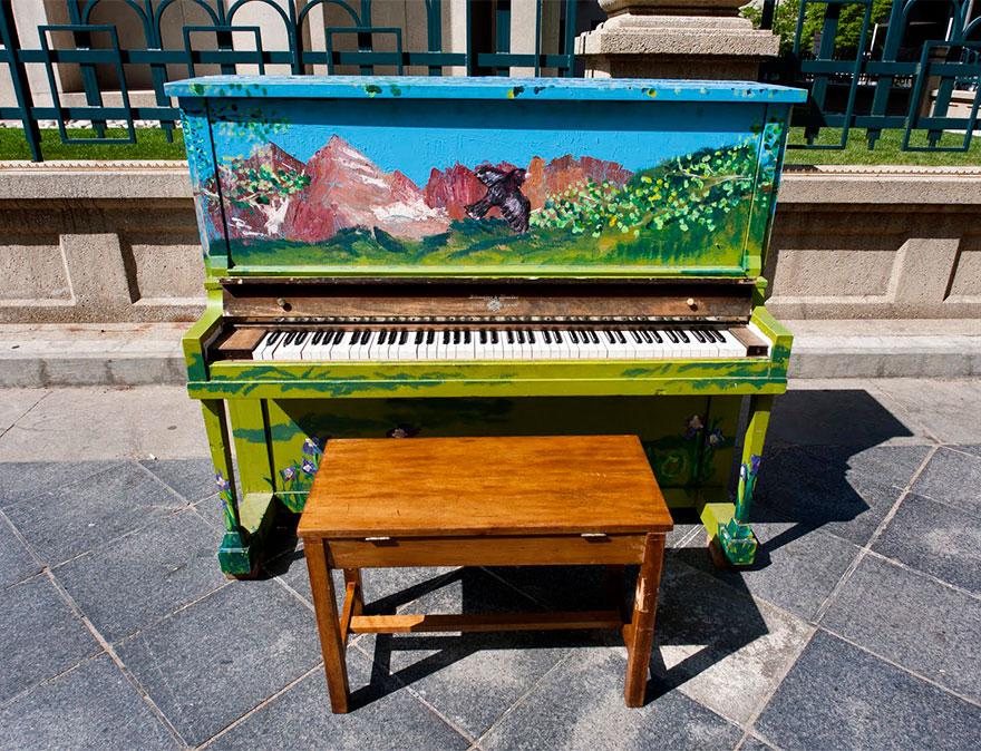 pianos pintados en plena calle 9