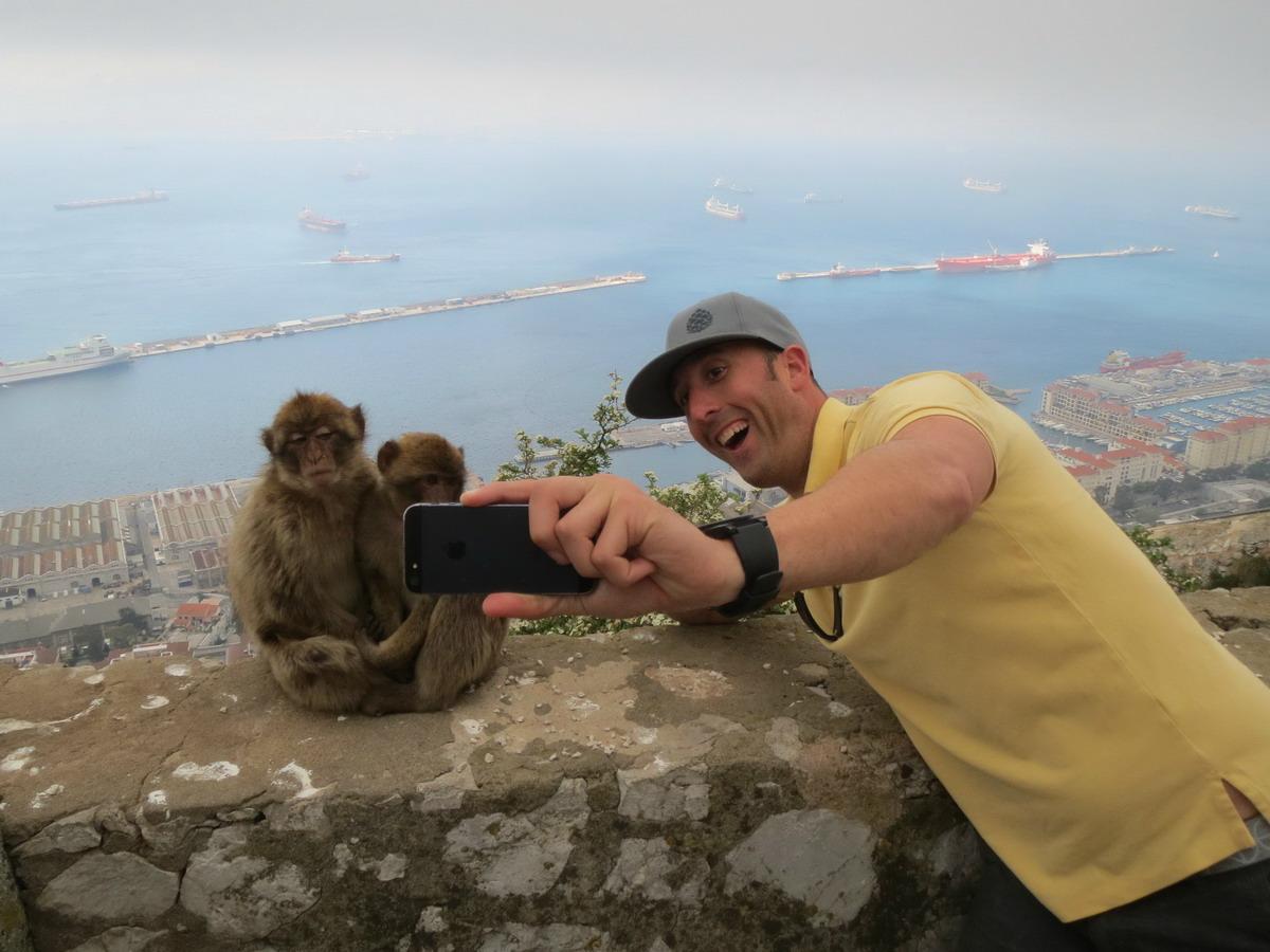 selfie con dos macacos