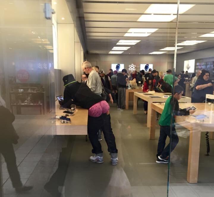 un tio raro en una tienda Apple
