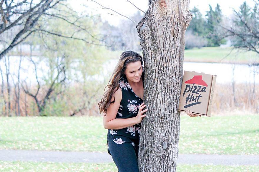mujer fotografiandose con una pizza 2