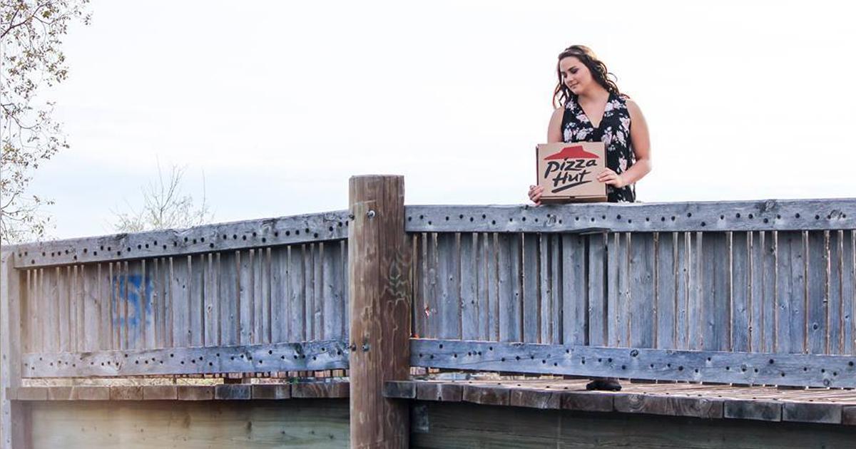 mujer fotografiandose con una pizza 4